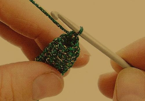 Gehäkelter Schlangenschmuck aus buntem Tweed Garn
