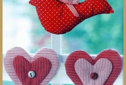 Genähte Fensterdekoration, Herz-Girlande und Stoffvogel