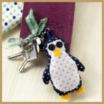 Genähter Pinguin Anhänger in der Größe: 4 cm x 9 cm