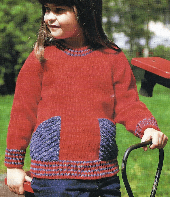 Gestrickter Kinderpullover mit großen Taschen