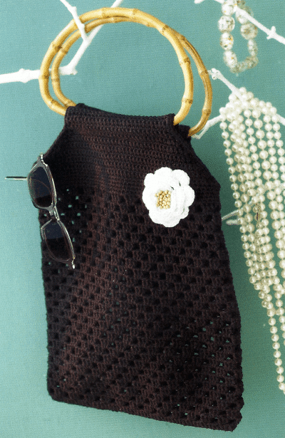Häkeltasche im Granny Stripes Muster mit Taschengriffe aus Bambus