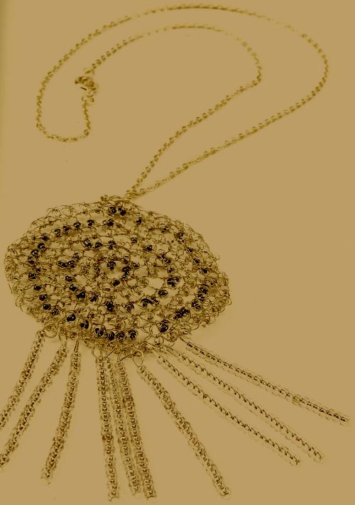 Silberamulett mit Perlen gehaekelt