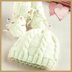 Gestricktes Babymützchen und warme Babysöckchen
