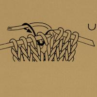 1 Masche rechtsverschränkt aus dem Verbindungsfaden stricken Den Verbindungsfaden auf die linke Nadel nehmen und links stricken. 2 Maschen nach rechts verkreuzen, d. h. die 2. Masche vor der 1. Masche rechts stricken, noch auf der linken Nadel lassen, die 1. Masche rechts stricken und beide Maschen von der linken Nadel gleiten lassen. 2 Maschen nach links verkreuzen, d. h. die 2. Masche hinter der 1. Masche den Zeichen entsprechend rechts, rechtsverschränkt oder linksverschränkt stricken, noch auf der linken Nadel lassen, die 1. Masche rechts stricken und beide Maschen von der linken Nadel gleiten lassen. Nach rechts verkreuzte Maschen, d. h. entsprechend viele Maschen vor der schrägen Linie auf eine Hilfsnadel nach hinten legen. Dann die Maschen hinter der schrägen Linie und anschließend die Maschen von der Hilfsnadel den Zeichen entsprechend rechts oder links stricken. Nach links verkreuzte Maschen, d. h. entsprechend viele Maschen vor der schrägen Linie auf eine Hilfsnadel nach vorn legen. Dann die Maschen hinter der schrägen Linie und anschließend die Maschen von der Hilfsnadel den Zeichen entsprechend rechts oder links stricken. Verkreuzte Maschen, d. h. entsprechend viele Maschen vor der schrägen Linie auf die 1. Hilfsnadel nach vorn nehmen, die Maschen zwischen den schrägen Linien auf eine 2. Hilfsnadel nach hinten nehmen. Die Maschen nach der 2. schrägen Linie, dann die Maschen von der 2. Hilfsnadel und zuletzt die Maschen von der 1. Hilfsnadel den Zeichen entsprechend stricken. Aus einer Masche 2 bzw, so viele Maschen herausstricken, wie die Zahl angibt, und zwar abwechselnd 1 Masche rechts ,1 Masche links Aus einer Masche 3 Maschen bzw. so viele Maschen herausstricken, wie die Zahl angibt, und zwar abwechselnd 1 Masche rechts und 1 Umschlag. Aus 1 Masche 3 Maschen herausstricken bzw. so viele Maschen, wie die Zahl angibt, und zwar 1 Masche rechts, 1 Masche links, 1 Masche rechts usw. Aus 3 Maschen 3 Maschen herausstricken: in die 3 Maschen zusammen wie zum