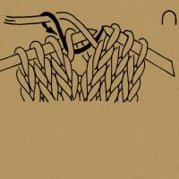 Den Verbindungsfaden auf die linke Nadel nehmen und links stricken.