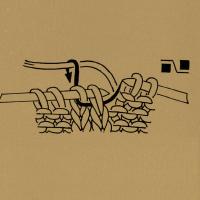 2 Maschen nach links verkreuzen. D. h. die 2. Masche hinter der 1. Masche den Zeichen entsprechend rechts, rechtsverschränkt oder linksverschränkt stricken. Noch auf der linken Nadel lassen, die 1. Masche rechts stricken und beide Maschen von der linken Nadel gleiten lassen.