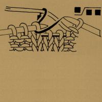 Nach rechts verkreuzte Maschen, d. h. entsprechend viele Maschen vor der schrägen Linie auf eine Hilfsnadel nach hinten legen. Dann die Maschen hinter der schrägen Linie und anschließend die Maschen von der Hilfsnadel den Zeichen entsprechend rechts oder links stricken.