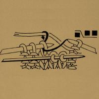 Nach links verkreuzte Maschen, d. h. entsprechend viele Maschen vor der schrägen Linie auf eine Hilfsnadel nach vorn legen. Dann die Maschen hinter der schrägen Linie und anschließend die Maschen von der Hilfsnadel den Zeichen entsprechend rechts oder links stricken.