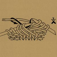 Aus 3 Maschen 3 Maschen herausstricken: in die 3 Maschen zusammen wie zum Rechtsverschränktstricken einstechen, Schlinge holen, Umschlag bilden, Schlinge holen.