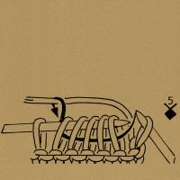 Aus 5 Maschen 5 Maschen bzw, so viele Maschen, wie die Zahl angibt, herausstricken: in die 5 Maschen zusammen wie zum Rechtsverschränktstricken einstechen, abwechselnd 1 Schlinge holen, 1 Umschlag bilden, zuletzt noch 1 Schlinge holen.
