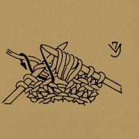 Für eine Noppe aus einer Masche 7 Maschen stricken (abw. einmal in die Masche 1 Reihe tiefer und einmal in die Masche einstechen und je 1 Schlinge holen, zuletzt noch einmal in die Masche 1 Reihe tiefer einstechen und 1 Schlinge holen) Für eine Noppe in der Rückreihe nach der 2. Masche einstechen, 1 Schlinge holen, 1 Umschlag bilden, 1 Schlinge holen, 1 Umschlag bilden und 1 Schlinge holen. Die 2 übergangenen Maschen links zusammenstricken. In der folgenden Hinreihe werden die 5 Noppenmaschen rechtsverschränkt zusammengestrickt. Aus 1 Masche 5 bzw. 7 Maschen herausstricken, abw. 1 Masche rechts, 1 Umschlag, zuletzt noch 1 Masche rechts, wenden, die Maschen rechts bzw. links stricken, wenden, die Masche noch einmal rechts stricken. Für die Noppe 2 Reihen tiefer in die Linksmasche einstechen und 1 Schlinge holen, 2 mal im Wechsel 1 Umschlag und 1 Schlinge holen. Alle 5 Schlingen mit der folgenden Linksmasche rechtsverschränkt zusammenstricken. Wickelmasche, d. h. entsprechend viele Maschen auf 1 Hilfsnadel nehmen und, wie in der Musterbeschreibung angegeben, mit dem Arbeitsfaden umwickeln, dann die Masche rechts abstricken. Für die Noppe mit der Häkelnadel 1 Schlinge abmaschen und 4 zusammen abgemaschte Stäbchen häkeln, d. h. in die folgende Masche 1 Reihe tiefer einstechen, 1 Schlinge holen und abmaschen, dann 4mal abw. 1 Umschlag bilden, in den gleichen Einstichpunkt einstechen, 1 Schlinge holen und stets die beiden Maschenglieder zusammen abmaschen. Dann die auf der Nadel befindlichen 5 Maschenglieder zusammen mit 1 neuen Umschlag abmaschen und die Maschen auf die rechte Nadel nehmen. Die folgenden Maschen mustergemäß rechts bzw. links stricken. In der folgenden Reihe die Noppenmaschen wie angegeben zusammenstricken. 7 mal im Wechsel 1 Masche rechts, in die 3. folgende Masche 4 Reihen tiefer einstechen und den Faden als Schlinge durchholen. Für die Linksmasche 4 Reihen tiefer von hinten einstechen und nach dem Abstricken die Masche von der Nadel gleiten lassen. Die
