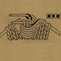 Wickelmasche, d. h. entsprechend viele Maschen auf 1 Hilfsnadel nehmen und, wie in der Musterbeschreibung angegeben, mit dem Arbeitsfaden umwickeln, dann die Masche rechts abstricken.