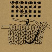 7 mal im Wechsel 1 Masche rechts, in die 3. folgende Masche 4 Reihen tiefer einstechen und den Faden als Schlinge durchholen. Für die Linksmasche 4 Reihen tiefer von hinten einstechen und nach dem Abstricken die Masche von der Nadel gleiten lassen. Die aus dem Umschlag entstandene Masche fallen lassen und auflösen. Die aus dem Umschlag entstandene Masche fallen lassen und aus dem oberen querliegenden Maschendraht 2 Maschen stricken, d. h. 1 Masche rechts und 1 Masche links. 1 Masche tief rechts stricken und dabei die Masche auflösen. Beim Stricken der Rechtsmasche den querliegenden Maschendraht der in der vorhergehenden Reihe aufgelösten Masche mit fassen. 1 Masche ohne Arbeitsfaden wie zum Rechtsstricken abheben Nach der 3. Masche 1 Schlinge holen und 3 Maschen rechts. 1 Masche wie zum Rechtsstricken abheben, die 2 folgenden Maschen rechts stricken und die abgehobene Masche über die beiden Maschen ziehen, so daß 2 Maschen übrigbleiben. Querfaden zusammen mit der Rechtsmasche stricken 1 Masche wie zum Rechtsstricken mit hintergelegtem Faden abheben, den Umschlag rechts abstricken, dann die abgehobene Masche überziehen. 1 Umschlag bilden, 2 Maschen rechts stricken, den Umschlag über die 2 Rechtsmaschen ziehen. Die Klammern mit einer Zahl über einer Strickschrift geben das Abhäkeln der Maschen nach Ausführung einer Strickarbeit an, und zwar faßt man mit je 1 festen Masche die durch Klammer verbundenen Maschen zusammen und häkelt danach so viele Luftmaschen, wie die Zahl angibt. Fehlt diese Zahl, werden keine Luftmaschen ausgeführt.
