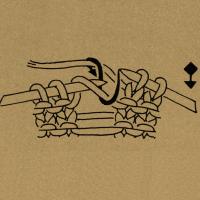 Die aus dem Umschlag entstandene Masche fallen lassen und aus dem oberen querliegenden Maschendraht 2 Maschen stricken, d. h. 1 Masche rechts und 1 Masche links.