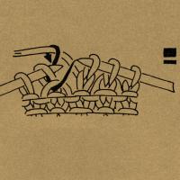 Beim Stricken der Rechtsmasche den querliegenden Maschendraht der in der vorhergehenden Reihe aufgelösten Masche mit fassen. 1 Masche ohne Arbeitsfaden wie zum Rechtsstricken abheben Nach der 3. Masche 1 Schlinge holen und 3 Maschen rechts. 1 Masche wie zum Rechtsstricken abheben, die 2 folgenden Maschen rechts stricken und die abgehobene Masche über die beiden Maschen ziehen, so daß 2 Maschen übrigbleiben. Querfaden zusammen mit der Rechtsmasche stricken 1 Masche wie zum Rechtsstricken mit hintergelegtem Faden abheben, den Umschlag rechts abstricken, dann die abgehobene Masche überziehen. 1 Umschlag bilden, 2 Maschen rechts stricken, den Umschlag über die 2 Rechtsmaschen ziehen. Die Klammern mit einer Zahl über einer Strickschrift geben das Abhäkeln der Maschen nach Ausführung einer Strickarbeit an, und zwar faßt man mit je 1 festen Masche die durch Klammer verbundenen Maschen zusammen und häkelt danach so viele Luftmaschen, wie die Zahl angibt. Fehlt diese Zahl, werden keine Luftmaschen ausgeführt.