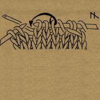 1 Masche wie zum Rechtsstricken abheben, die 2 folgenden Maschen rechts stricken und die abgehobene Masche über die beiden Maschen ziehen, so daß 2 Maschen übrigbleiben.