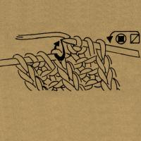 1 Masche wie zum Rechtsstricken mit hintergelegtem Faden abheben, den Umschlag rechts abstricken, dann die abgehobene Masche überziehen.