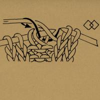 Strickschriften 2 Maschen linksverschränkt zusammenstricken 3 Maschen rechts zusammenstricken 3 Maschen links zusammenstricken 3 Maschen überzogen zusammenstricken, d. h. 1 Masche wie zum Rechtsstricken abheben, die folgenden 2 Maschen rechts zusammenstricken, die abgehobene Masche darüberziehen. 3 Maschen zusammenstricken, d. h. 2 Maschen zusammen wie zum Rechtsstricken abheben, 1 Masche rechts, dann die abgehobenen Maschen überziehen. 4 Maschen bzw. so viele Maschen rechts zusammenstricken, wie die Zahl angibt 5 Maschen bzw. so viele Maschen links zusammenstricken, wie die Zahl angibt 5 bzw. so viele Maschen, wie die Zahl angibt, rechtsverschränkt zusammenstricken. 1 Masche mit dem Umschlag rechtsverschränkt zusammenstricken. 1 Masche rechtsverschränkt aus dem Verbindungsfaden stricken Den Verbindungsfaden auf die linke Nadel nehmen und links stricken. 2 Maschen nach rechts verkreuzen, d. h. die 2. Masche vor der 1. Masche rechts stricken, noch auf der linken Nadel lassen, die 1. Masche rechts stricken und beide Maschen von der linken Nadel gleiten lassen. 2 Maschen nach links verkreuzen, d. h. die 2. Masche hinter der 1. Masche den Zeichen entsprechend rechts, rechtsverschränkt oder linksverschränkt stricken, noch auf der linken Nadel lassen, die 1. Masche rechts stricken und beide Maschen von der linken Nadel gleiten lassen. Nach rechts verkreuzte Maschen, d. h. entsprechend viele Maschen vor der schrägen Linie auf eine Hilfsnadel nach hinten legen. Dann die Maschen hinter der schrägen Linie und anschließend die Maschen von der Hilfsnadel den Zeichen entsprechend rechts oder links stricken. Nach links verkreuzte Maschen, d. h. entsprechend viele Maschen vor der schrägen Linie auf eine Hilfsnadel nach vorn legen. Dann die Maschen hinter der schrägen Linie und anschließend die Maschen von der Hilfsnadel den Zeichen entsprechend rechts oder links stricken. Verkreuzte Maschen, d. h. entsprechend viele Maschen vor der schrägen Linie auf die 1. Hilfsnadel nach vorn ne